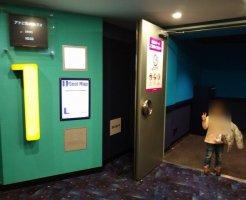 アナ雪2のスクリーン前で4歳記念撮影